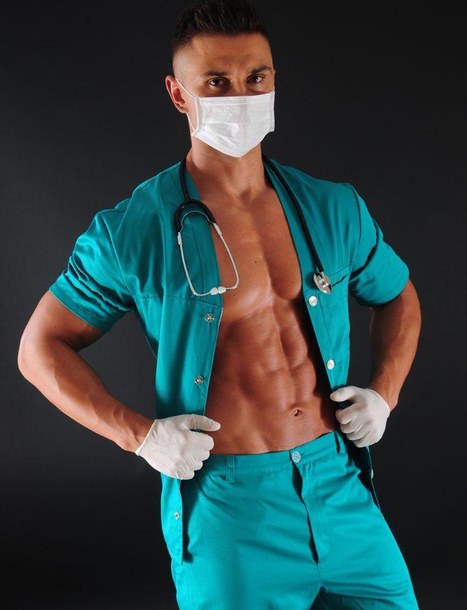 Striptizer w stroju lekarza na panieński