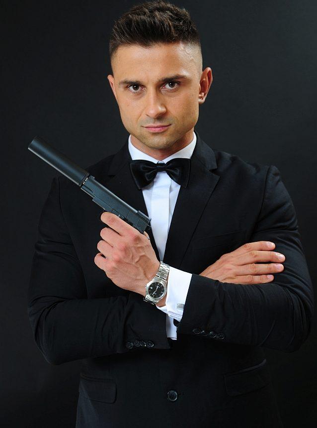 Model w stroju tajnego agenta