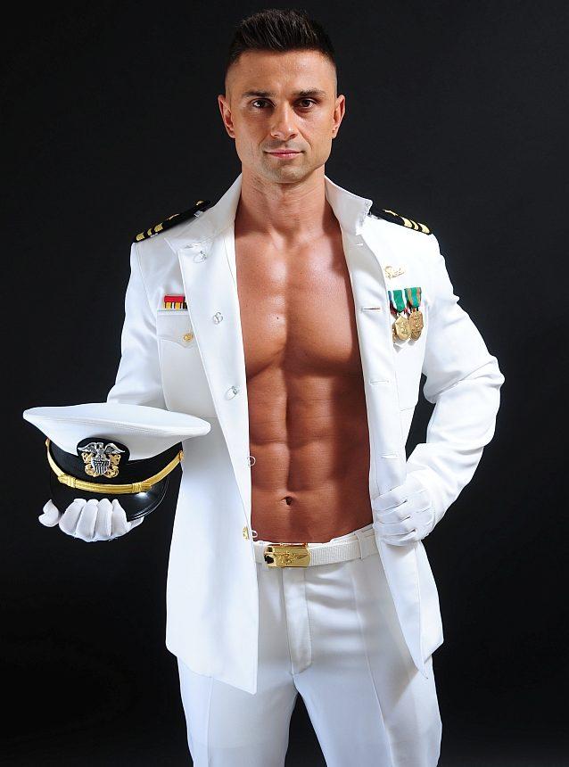 Striptiz w stroju marynarza kapitana