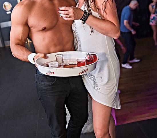 Barman bez koszulki tancerz striptizer