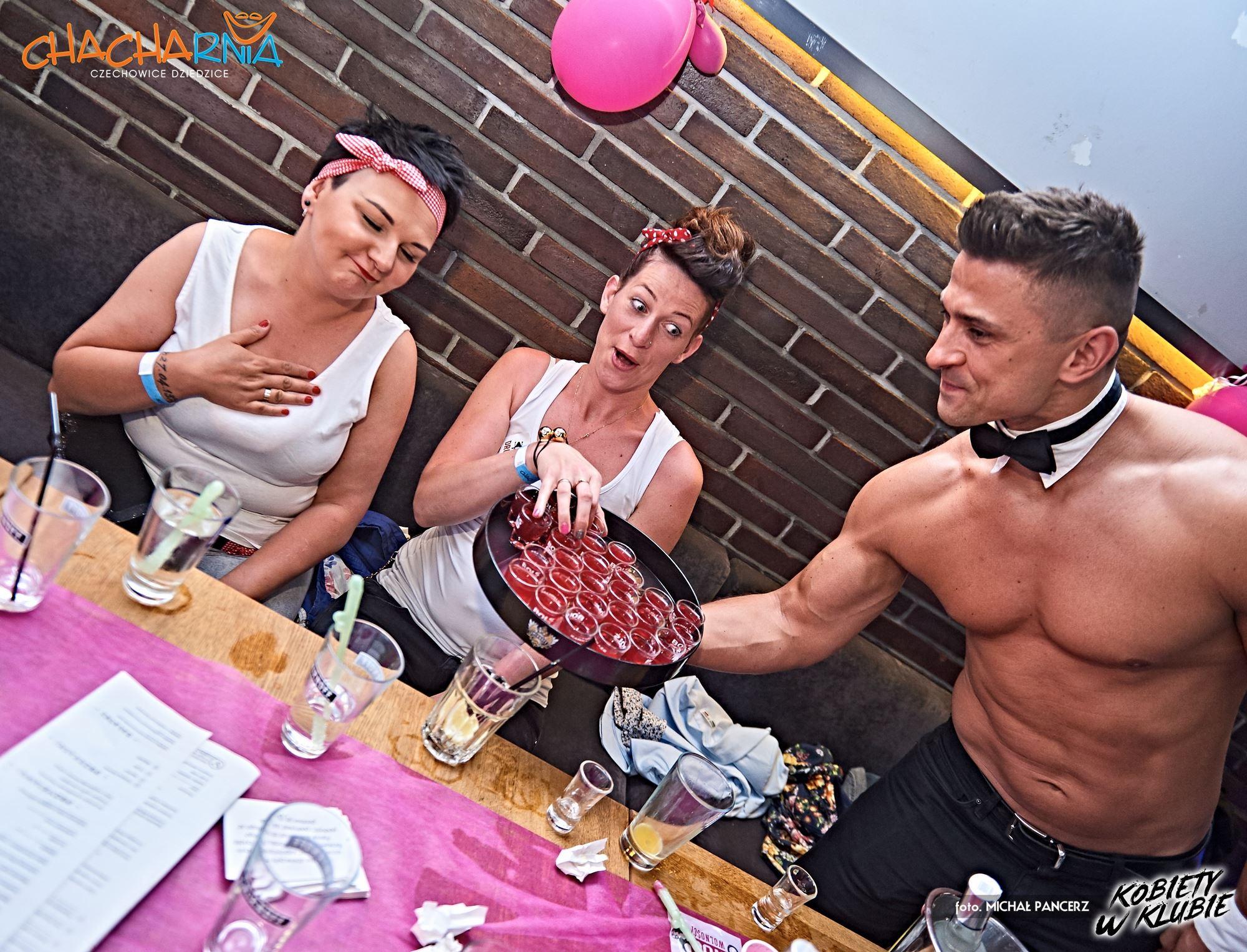 Striptizer serwujący drinki w klubie topless