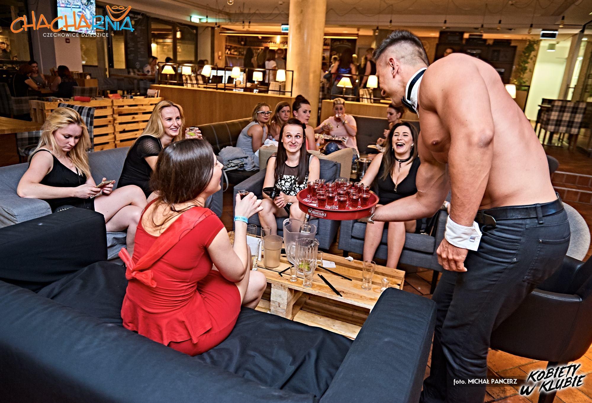 Barman topless w klubie