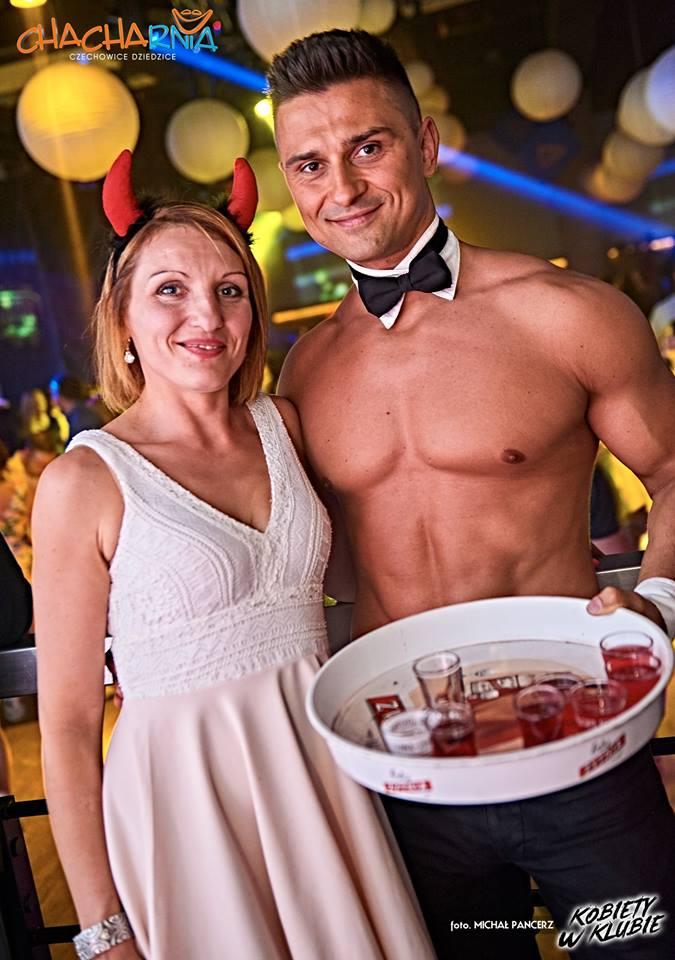 Mężczyzna topless na wieczorek panieński