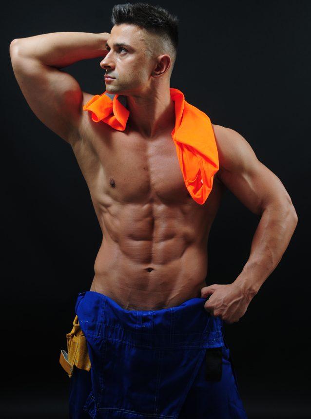 Tancerz erotyczny w stroju robotnika budowlańca