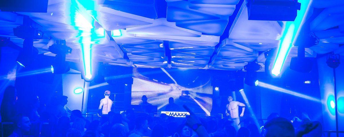 Tancerze striptizerzy na podeście w klubie